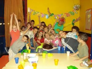 Caroline och klasskamrater til födelsedagar