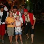 Caroline och Ida med naagra pirater